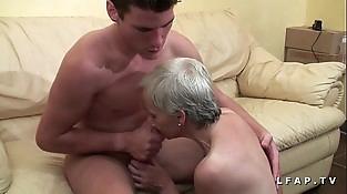 Mamy libertine veut du sperme chaud de jeunot pour son casting porno