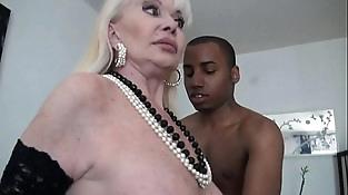 Une mamie prise par deux blacks