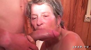 Grand mere sodomisee et fistee par un jeunot pour son casting porno inexperienced
