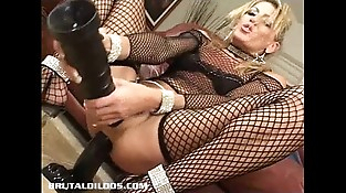 Mummy Chelsea Zinn gapes her nut with two brutal dildos