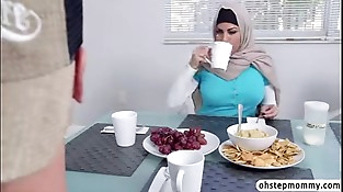 Muslim mom give a buns to hot teenagers boyfriend while in dinner