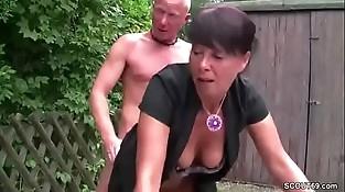 Geile Mutter wird von Jungspund aufgerissen und gefickt