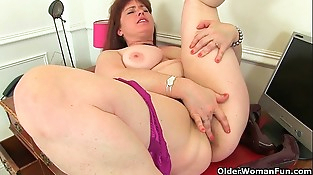 British milf Janey works her hairy beaver